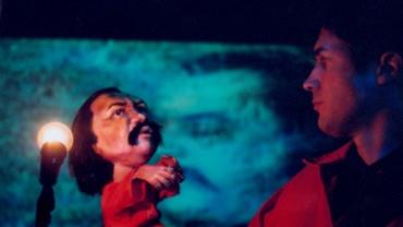 Thierry Dimanche tenant la marionnette Claude Gauvreau
