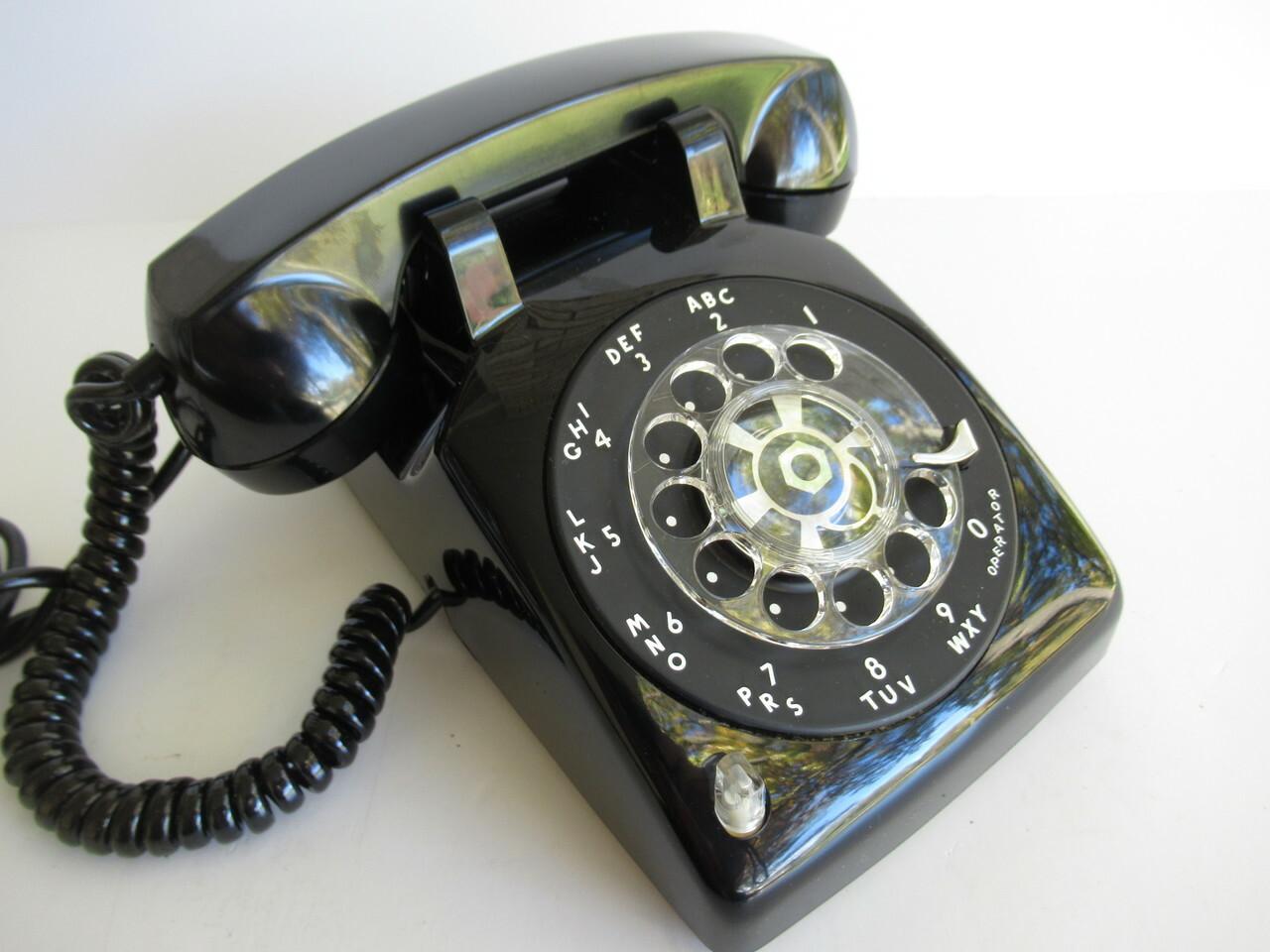 Téléphone à cadran avec son boîtier de bakélite